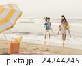 ビーチを楽しむ男女 24244245