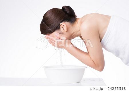 洗顔をする女性 24275518