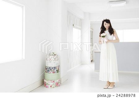 結婚 ウエディング 花嫁 カジュアルウエディング ブライダル 新婦 女性 ウェディング の写真素材 [24288978] - PIXTA