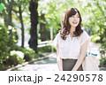 女性 外出 笑顔の写真 24290578