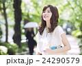 女性 外出 笑顔の写真 24290579