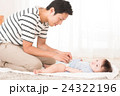 オムツを変える父親と赤ちゃん 24322196