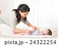 オムツを変える母親と赤ちゃん 24322254
