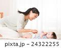 オムツを変える母親と赤ちゃん 24322255