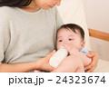 ミルクを飲む赤ちゃん 24323674