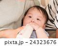 ミルクを飲む赤ちゃん 24323676
