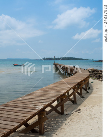 Old wooden Bridge to the blue sea 24337923