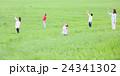 3世代家族 草原 24341302
