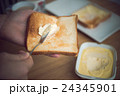 マーガリン 食パン 朝食の写真 24345901