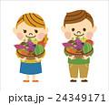 秋の食材を持つ男女 24349171