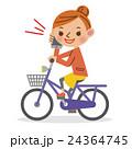 スマートフォンで通話をしながら自転車を運転する女性 24364745