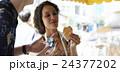 谷根千観光する外国人 煎餅屋 24377202