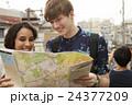外国人 カップル 旅行者の写真 24377209
