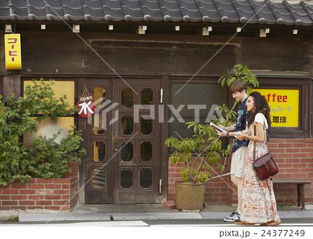 谷根千を観光する外国人旅行客 24377249