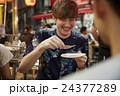 日本食を楽しむ外国人旅行客 24377289