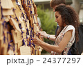 寺を観光する外国人旅行客 24377297