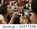 外国人 カップル 大衆居酒屋の写真 24377298