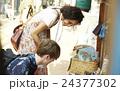 外国人 カップル 旅行者の写真 24377302
