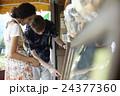 谷根千観光する外国人 煎餅屋 24377360
