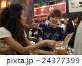 日本食を楽しむ外国人旅行客 24377399
