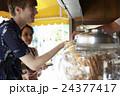 谷根千観光する外国人 煎餅屋 24377417