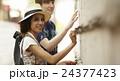 谷根千観光をする外国人 築地塀 24377423