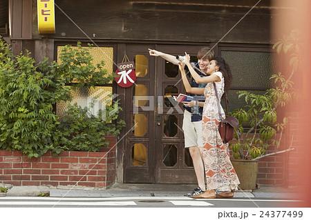 谷根千を観光する外国人旅行客 24377499