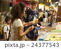 アメ横を観光する外国人旅行客 24377543