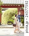 外国人 カップル 旅行者の写真 24377592