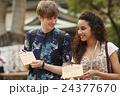 絵馬を書く外国人旅行客 24377670