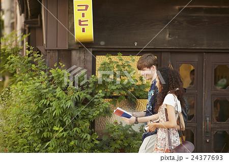 谷根千を観光する外国人旅行客 24377693