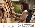 寺を観光する外国人旅行客 24377736