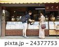 谷根千観光する外国人 煎餅屋 24377753