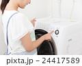 洗濯する主婦 24417589