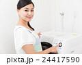 洗濯する主婦 24417590