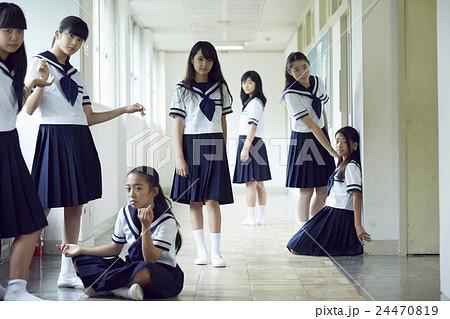 女子中学生 休み時間の写真素材 ...