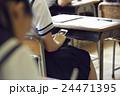 女子中学生 授業中 スマートフォンの写真 24471395
