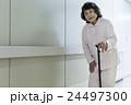 若い介護士 24497300