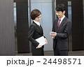 スマートフォンを持つビジネスマンとビジネスウーマン 24498571