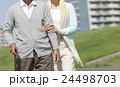 散歩をするシニア夫婦 24498703