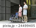 介護士 車椅子 男性の写真 24499405