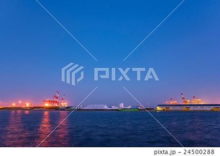 四日市港の工場とキリン(クレーン) 24500288