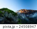 富士山、宝永第二火口越しに山頂 24508947