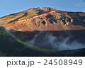 朝日に照らされた富士山、宝永火口と山頂 24508949