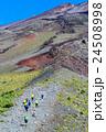 富士山、宝永火口淵を登山する人達 24508998