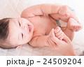 赤ちゃんとママの手 24509204