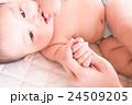 赤ちゃんとママの手 24509205