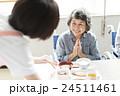 若い介護士 24511461
