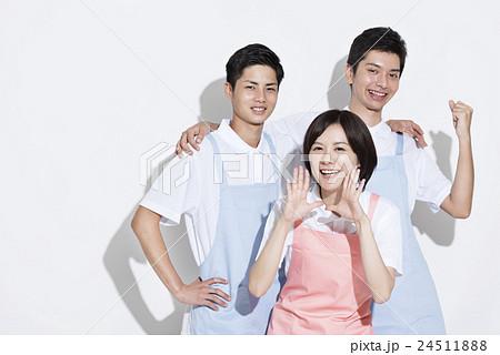 若い介護士 24511888