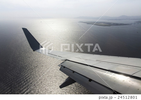 神戸空港へと旋回する旅客機 24512801